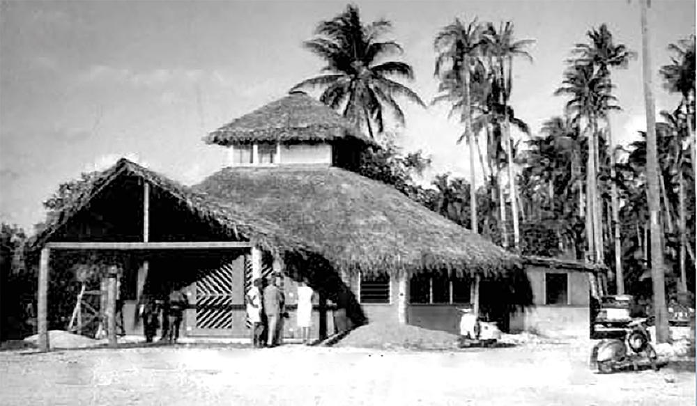 En 1962, l'aérogare de Raiatea surmonté de la tour de contrôle. PHOTO JEAN DRUART
