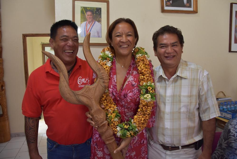 La sénatrice Lana Tetuanui en compagnie d'Étienne Tehaamoana, maire de Hiva Oa, et de son premier adjoint.