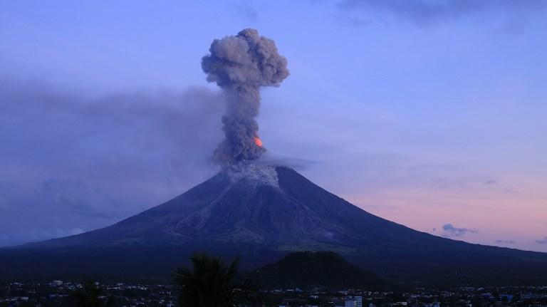 Des milliers de Philippins continuent de fuir un volcan en éruption