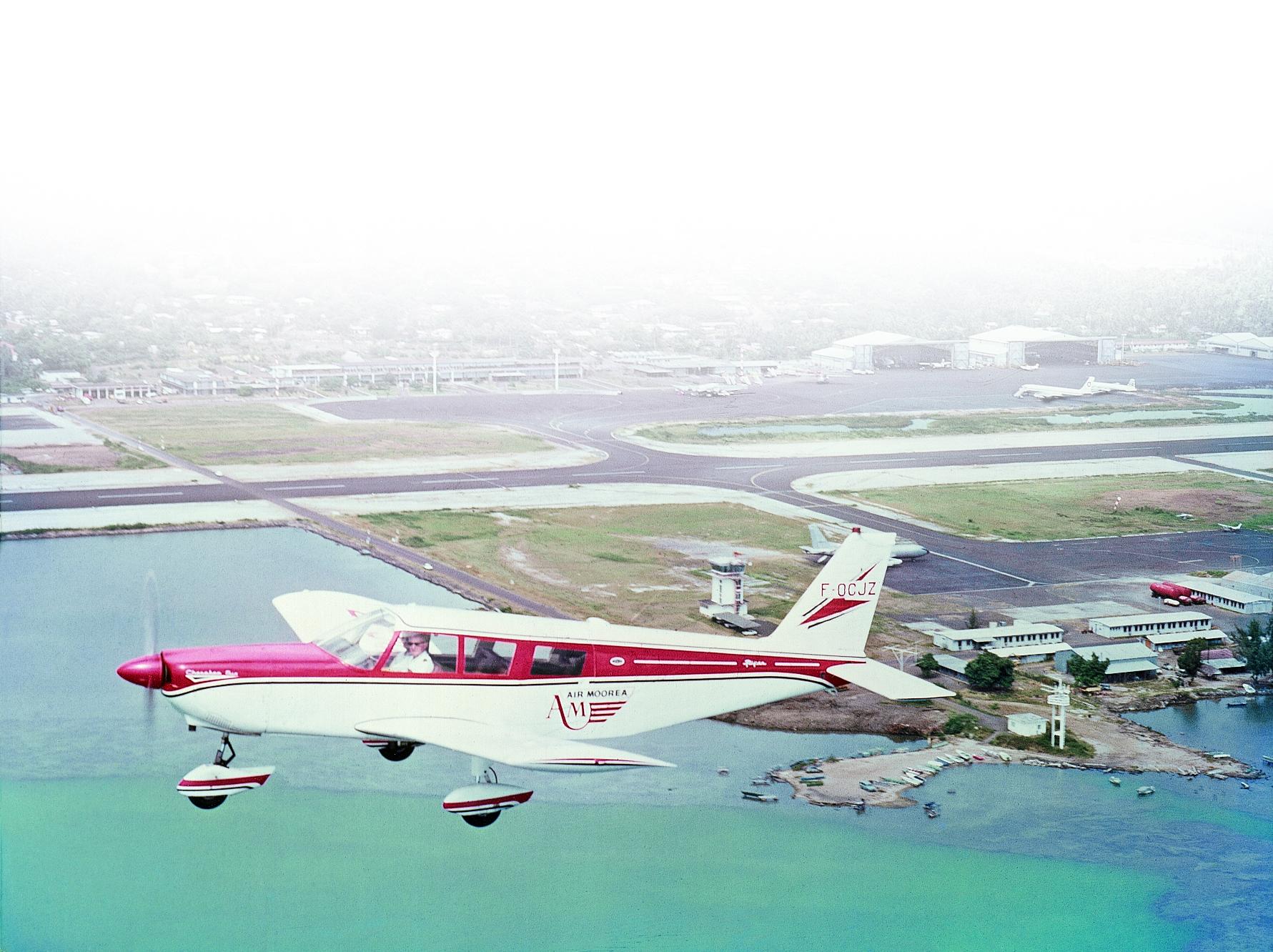 1968, le premier Piper Cherokee VI avec lequel Georges Ravel crée Air Moorea. COLL. J-F LEJEUNE