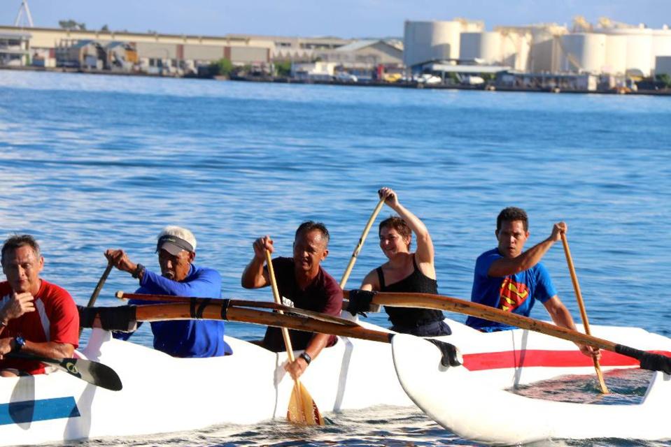 En images: La Ministre des Outre-mer Annick Girardin découvre le Va'a