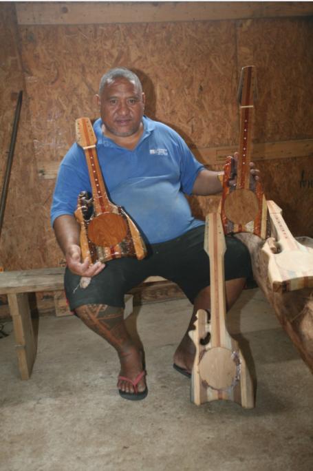 Antoine est le roi du ukulele ; pour ses instruments, il utilise cinq essences de bois.