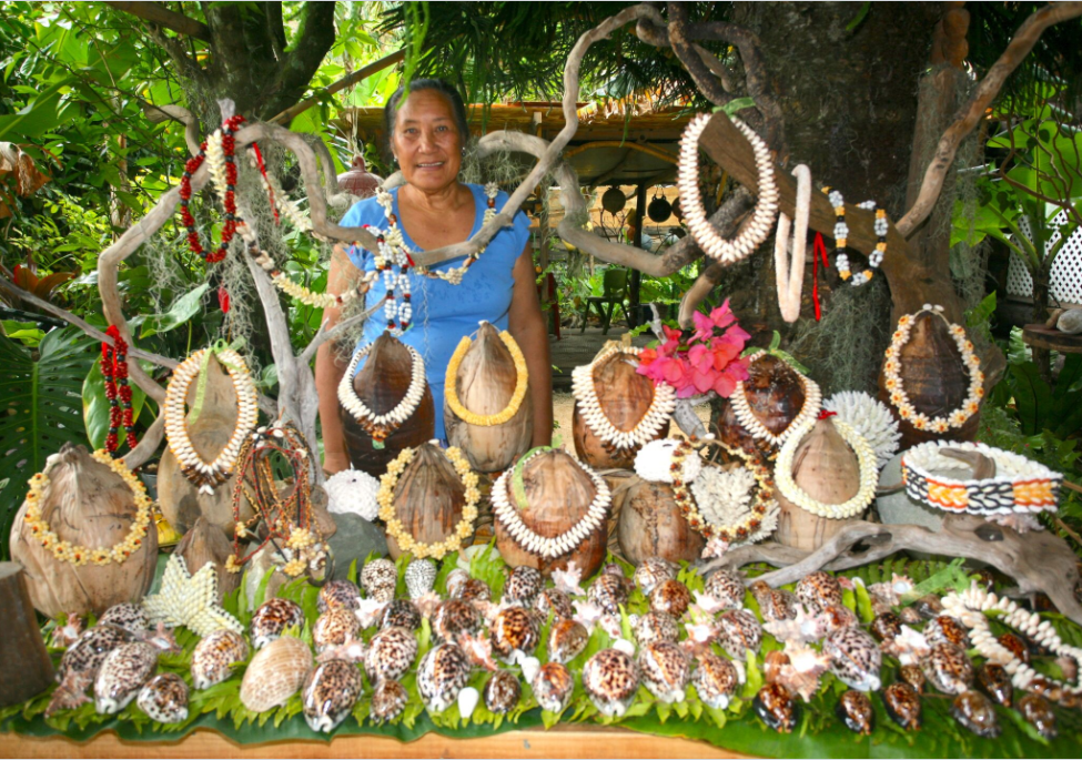 Marie et ses créations en coquillages de Anaa. Une exposition à elle toute seule !