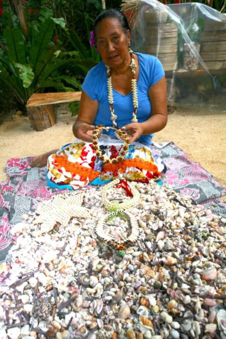 Marie devant sa matière première préférée, les coquillages ramassés sur les plages de son île natale, Anaa.