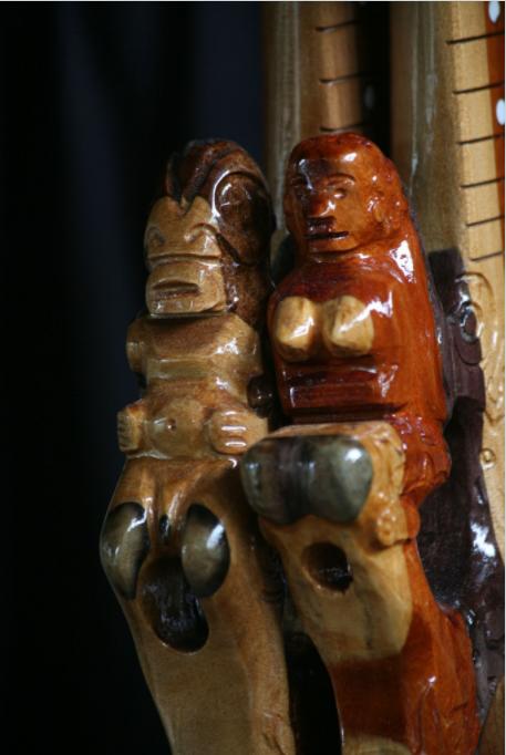 Détail de la partie supérieure d'un ukulele d'Antoine. Il sculpte les figures que lui réclament ses clients.