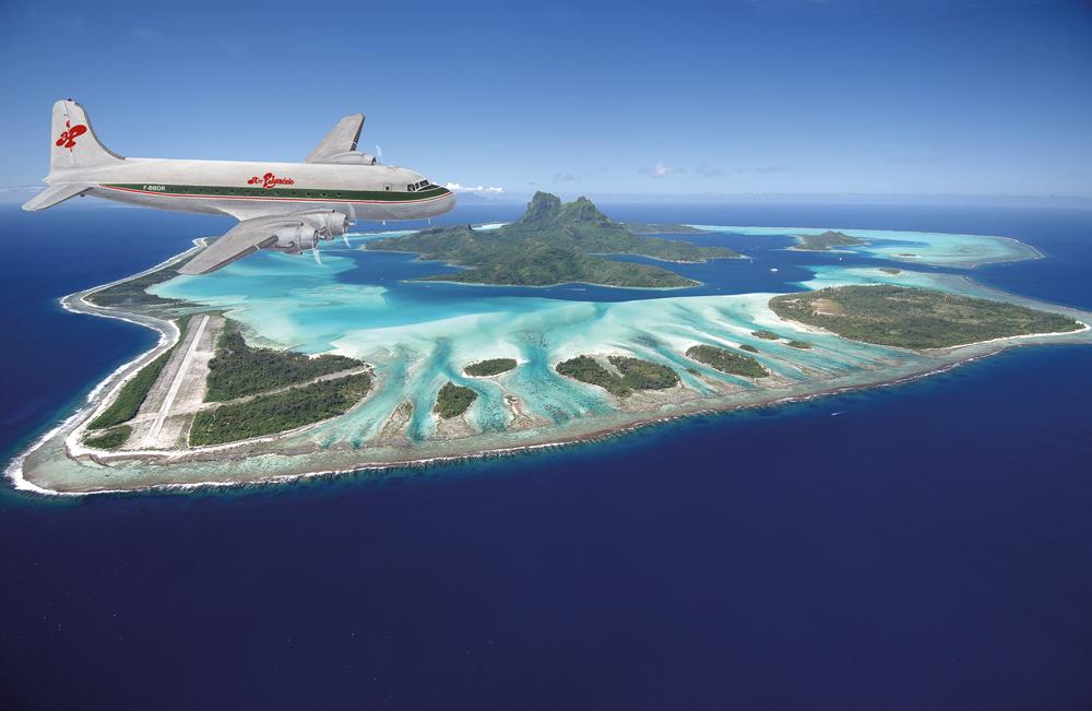 Il y a 40 ans, le DC 4 au-dessus Bora Bora. Crédit:  PHILIPPE BACCHET