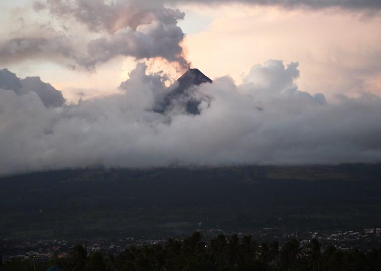 Sous les cendres volcaniques, les évacués philippins vivent un cauchemar