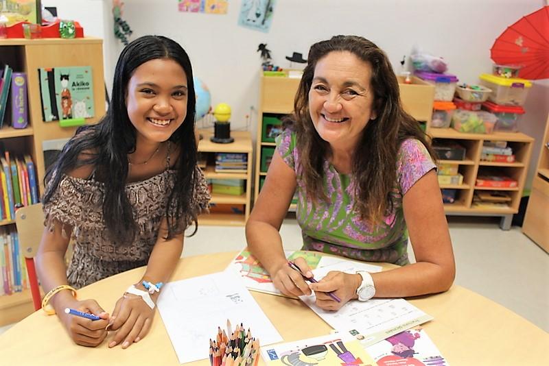 La professeure Isabelle Huioutu en plein cours avec Gwendoline-Tuira dans la salle de classe de l'école de l'hôpital.