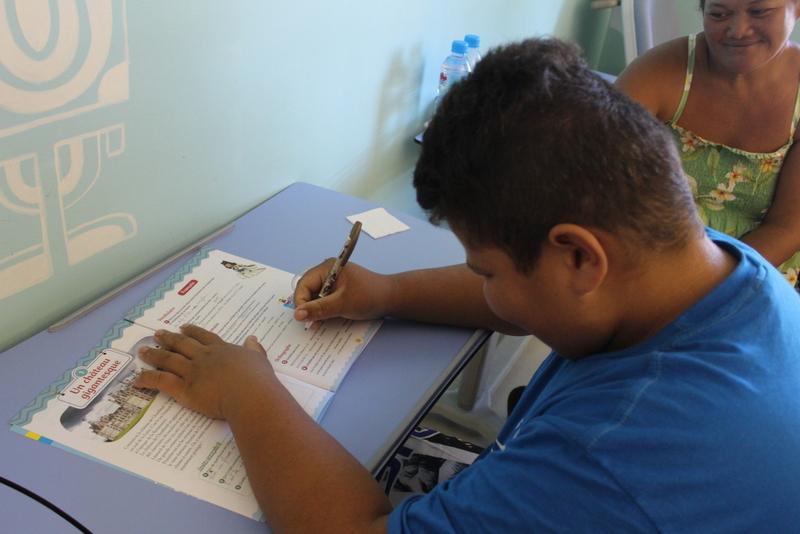Petits devoirs pour Teroitu, 11 ans et élève de CM2, dans sa chambre d'hôpital.