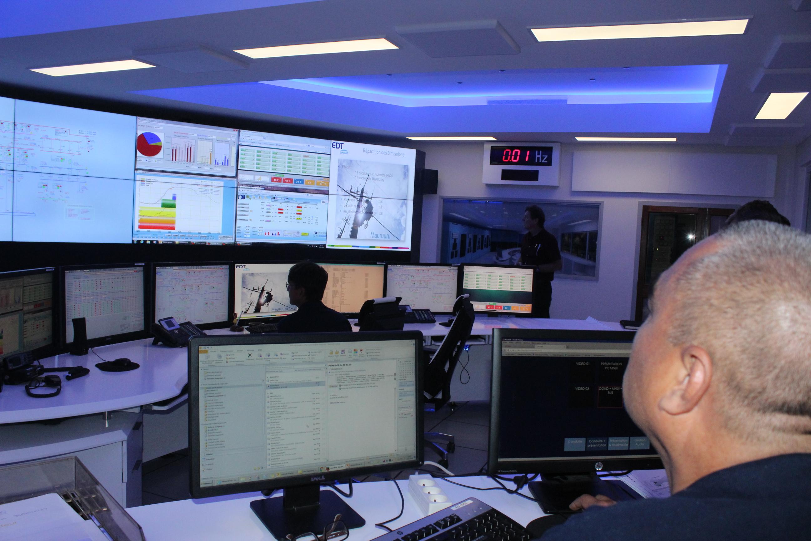 Véritable tour de contrôle, cette salle permet de surveiller et de gérer la production et la consommation d'électricité pour toute l'île de Tahiti.