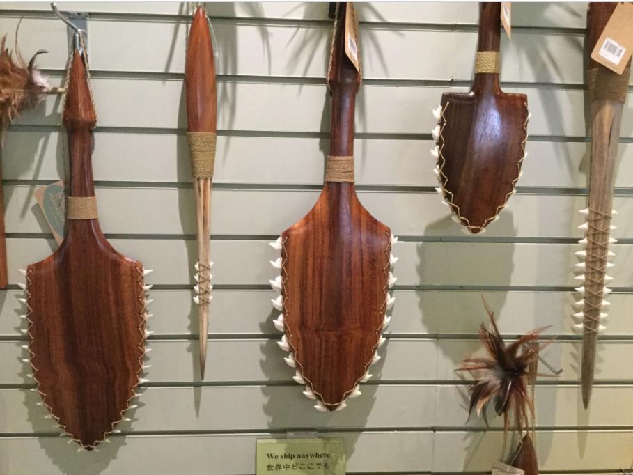 En veux-tu, en voilà ; triste spectacle au Polynesian Cultural Center où une boutique regorge de ces hideux trophées.