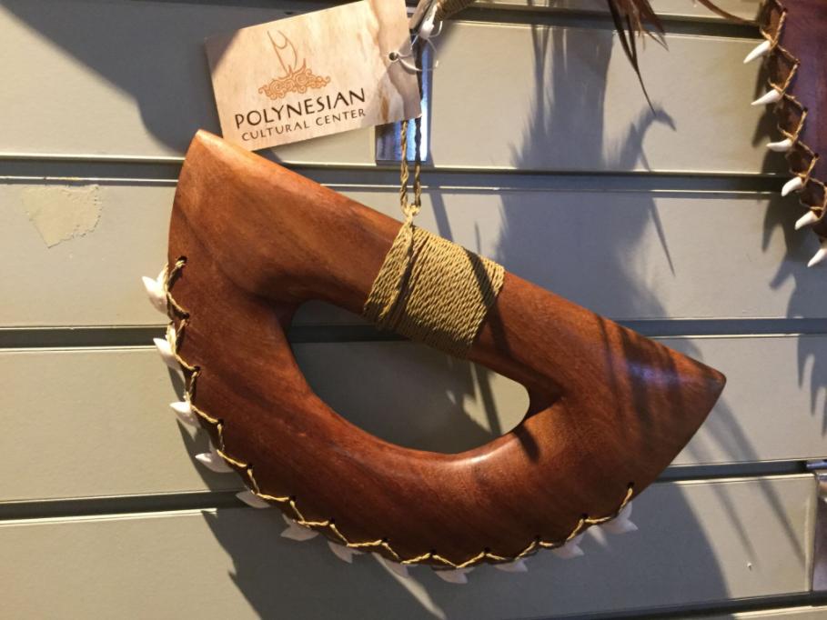 Le Polynesian Cultural Center a pour vocation, nous semble-t-il, de mettre en valeur les cultures polynésiennes, pas de servir de caution à la vente d'objets participant à la destruction de la faune marine.