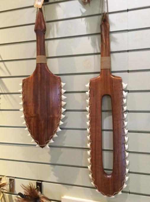 Deux exemples d'armes hawaïennes réalisées avec des dents de requins tigres, principale espèce massacrée pour la fabrication de ces curios.
