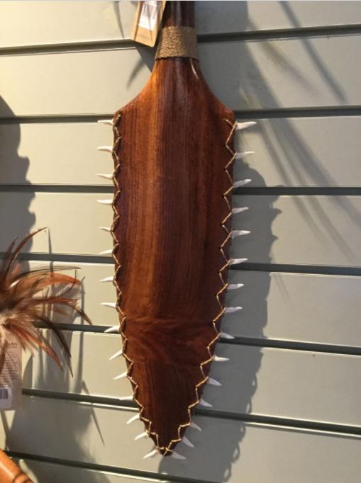 Ces dents pointues sont d'une autre espèce de requin que le tigre (probablement le requin taureau, Carcharias taurus).