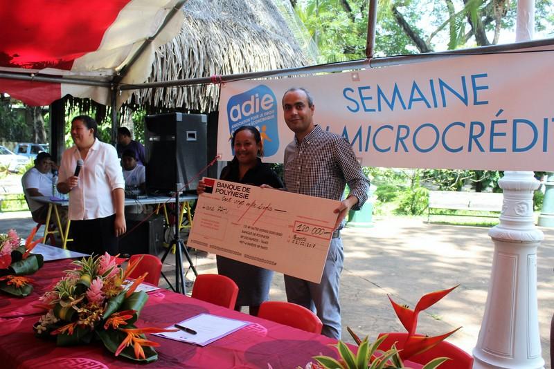 Nourdine Ouaret, de la Banque de Polynésie et Liane Patu, lauréate du prix de développement économique local.