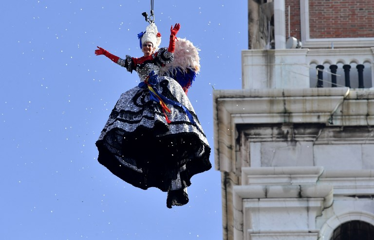 """Coup d'envoi du Carnaval de Venise avec le """"saut de l'ange"""""""