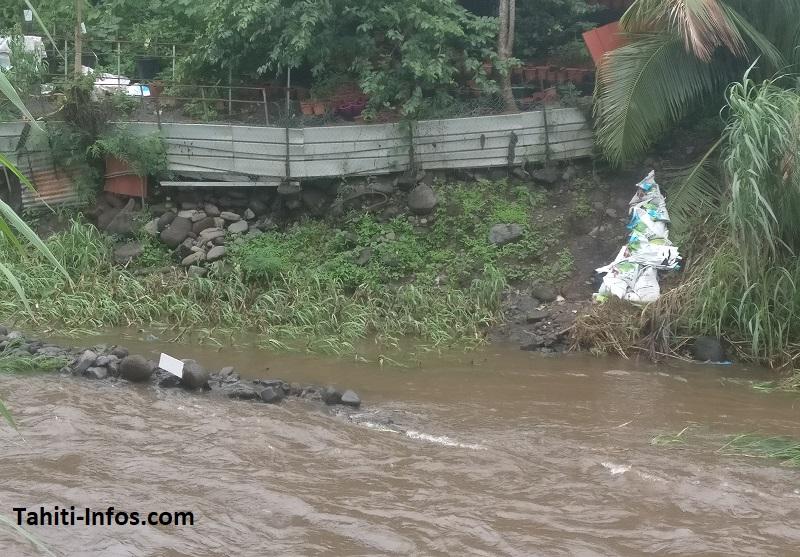 Cette photo de la rivière Fautaua à Pirae a été prise en février 2018. On voit que des activités humaines ont envahi le lit même de la rivière, et sont victimes de la crue causée par les averses de ce week-end.