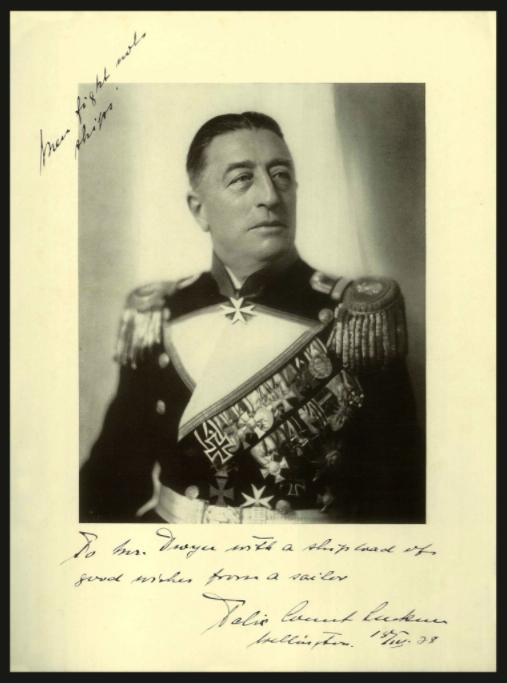 Un portrait de Félix von Luckner après la guerre, arborant fièrement toutes ses décorations.