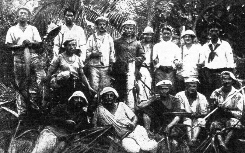 L'équipage du Seeadler durant son séjour à Mopelia, avec les trois travailleurs tahitiens qui y séjournaient.