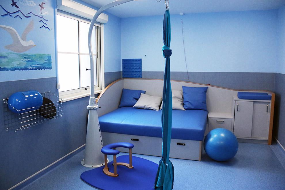 """Une salle d'accouchement physiologique ou salle """"nature"""" est une salle où vous trouverez un lit de naissance, une baignoire pour relaxer la maman pendant la dilatation et un panel d'accessoires (ballon, lianes suspendues au plafond) pour faciliter le travail de la future maman. Crédit photo. Hôpital de Valenciennes"""