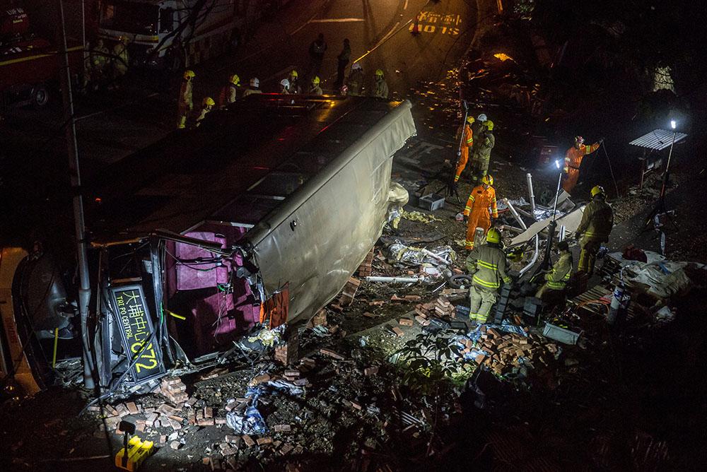 Un bus se renverse à Hong Kong : 19 morts, 60 blessés, le chauffeur arrêté