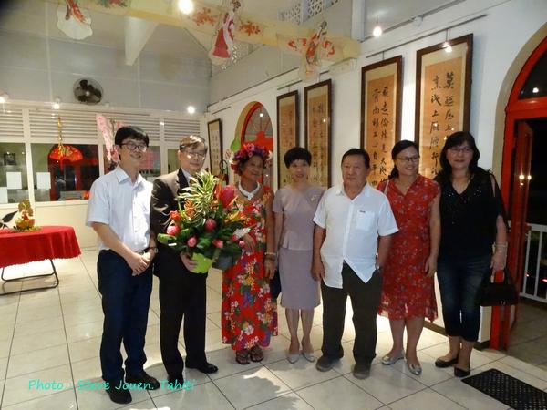 En costume noir avec un bouquet de fleurs, le consul de Chine, M. Shen Zhiliang. Il a affirmé vouloir renforcer les relations bilatérales entre son pays et la Polynésie