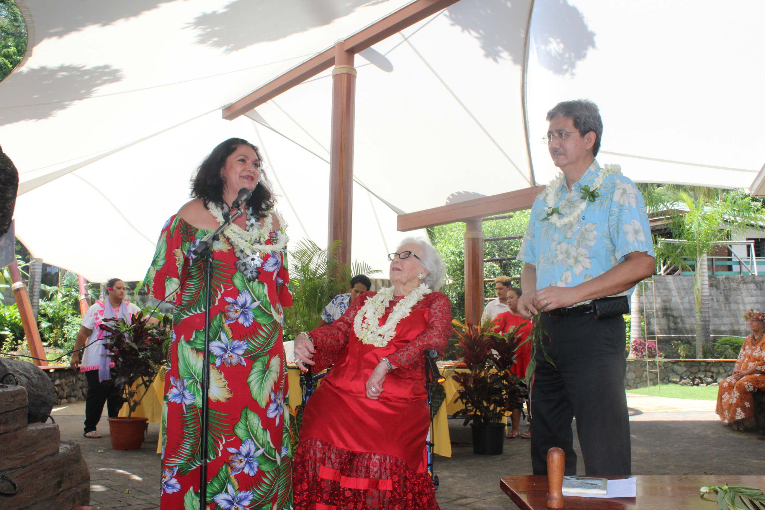 Nicole Bouteau, Nancy Hall-Rutgers et Philip Schyle sur la terrasse symbolisant la Bounty.