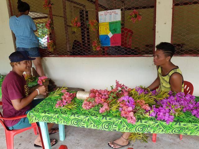 Les élèves ont décoré le lieu avec de la végétation et des fleurs.