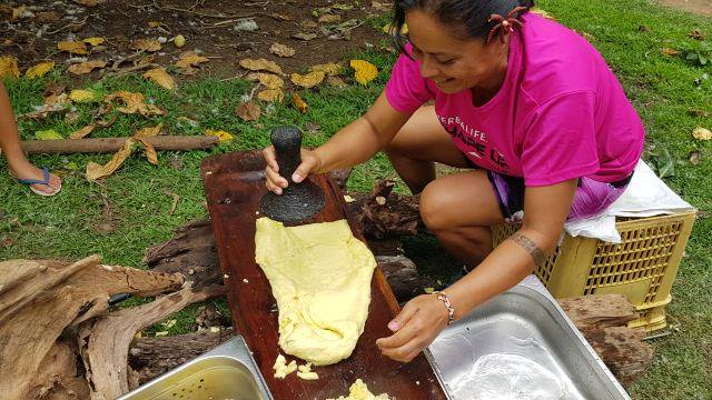 Les élèves apprennent aussi à cuisiner avec les produits locaux.