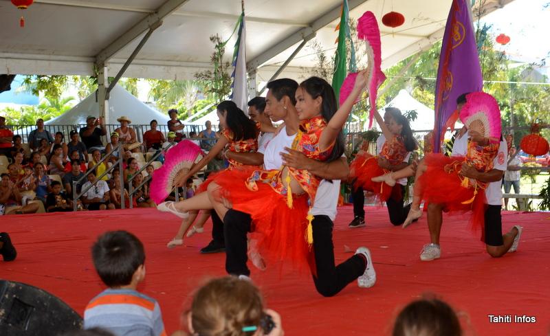 Magnifique fusion de la danse aux éventails et de la danse hip-hop, réalisée par Fearless, le groupe All In One et les danseuses de l'école Li Yune