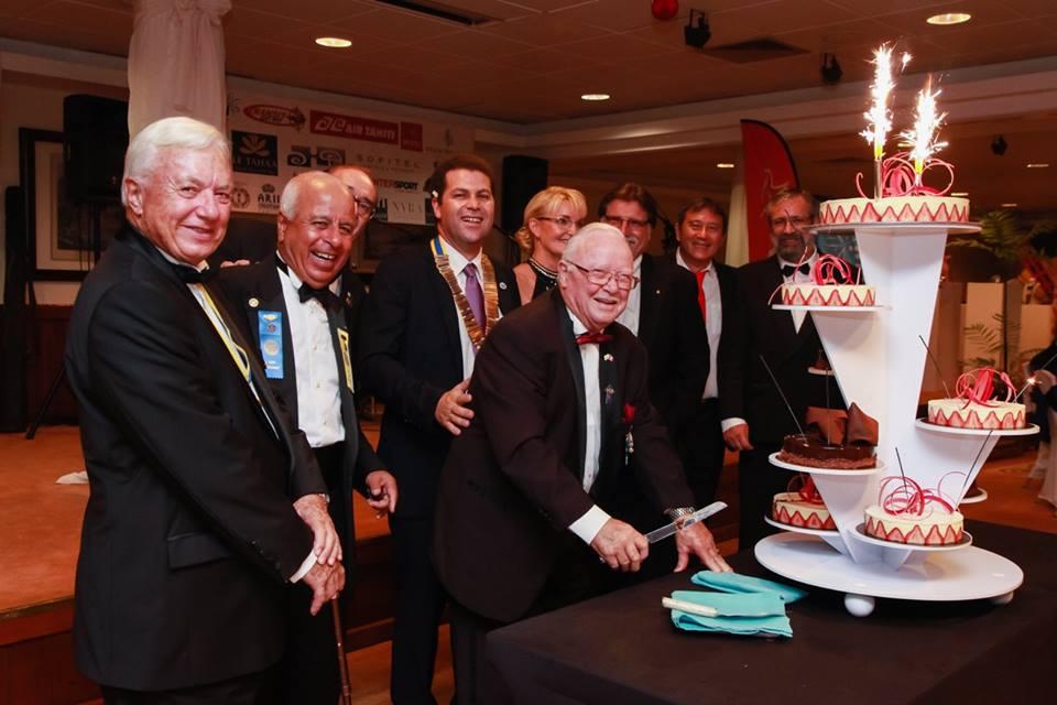 Le gâteau d'anniversaire des 59 ans du Rotary club a été découpé par Charles Trondle, doyen des Rotariens, entouré des anciens présidents.