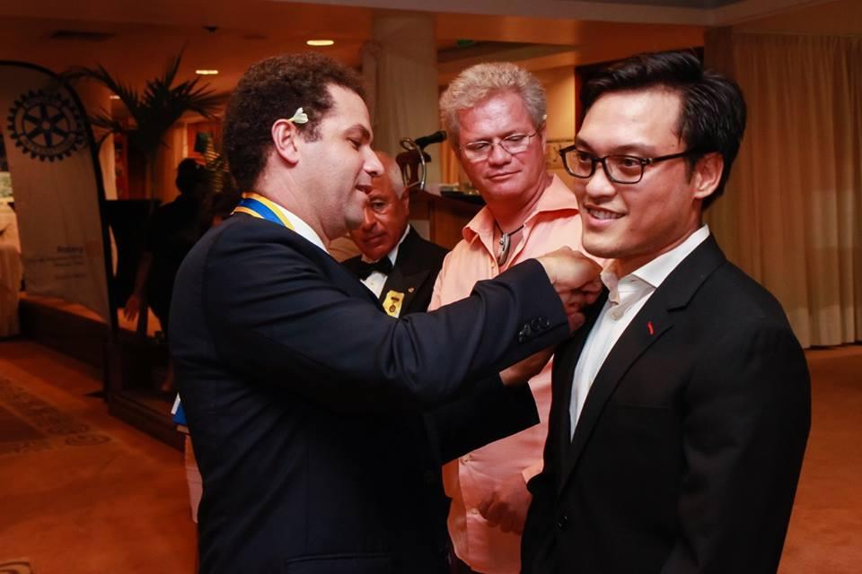 Intronisation de Tuhiti Sanford par le président du Rotary. Il devient ainsi le benjamin du club.
