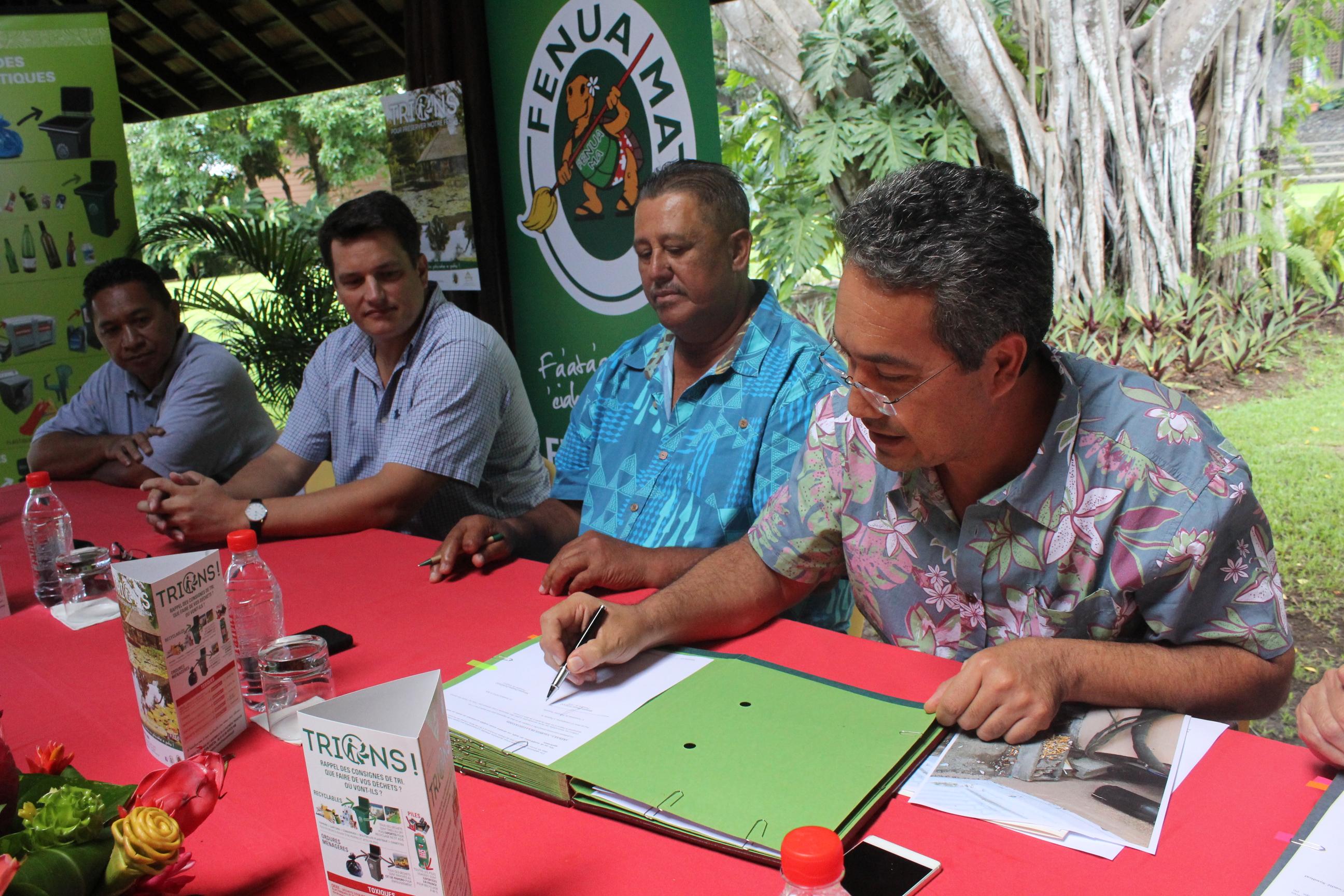 Le tout nouveau président du conseil syndical Fenua Ma, Dauphin Domingo, a signé une convention avec le président de l'assemblée, Marcel Tuihani.
