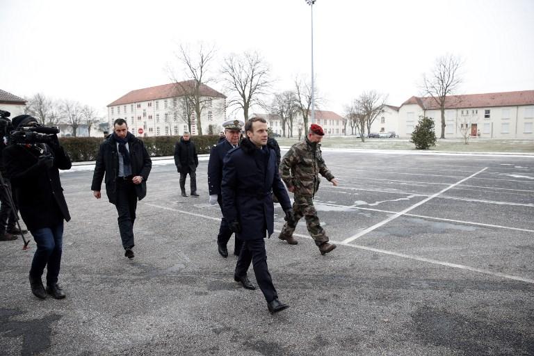 """Macron en """"immersion"""" dans l'armée de Terre au camp de Mourmelon"""