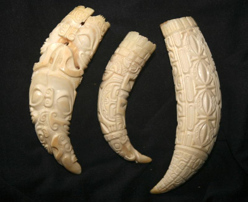 Trois dents de cachalot aux motifs symboliques : c'est l'électrification des vallées dans les années quatre-vingt qui a permis de remettre l'artisanat marquisien en selle.