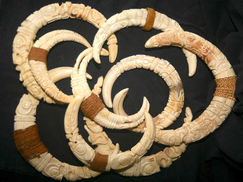 Très belle série de pendentifs marquisiens (ivoire de phacochère).