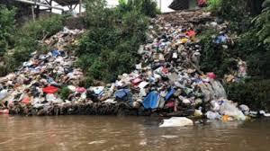 Indonésie: le défi titanesque de nettoyer le fleuve le plus pollué au monde