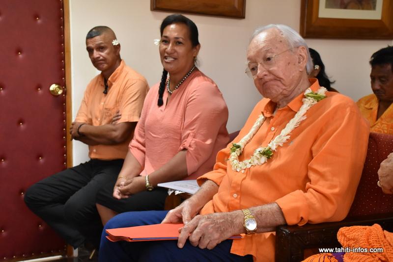Gaston Flosse, Sylviane Terooatea et Woullingson Raufauore, le maire de Maupiti, vendredi au quartier général du Tahoera'a.