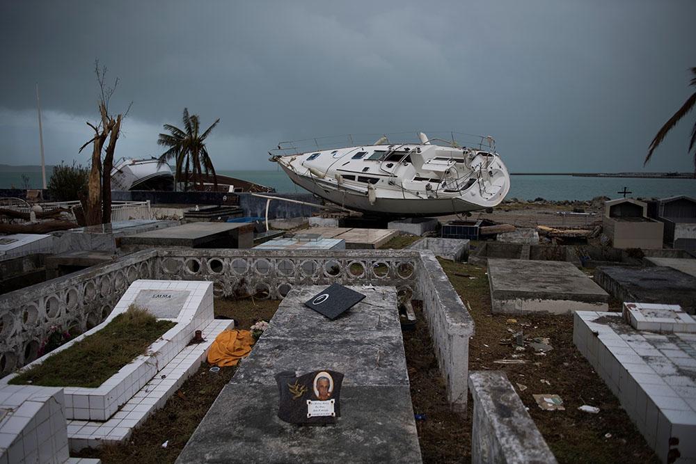 """""""Avant, on avait une vie"""": des sinistrés de l'ouragan Irma dans l'attente à Saint-Martin"""
