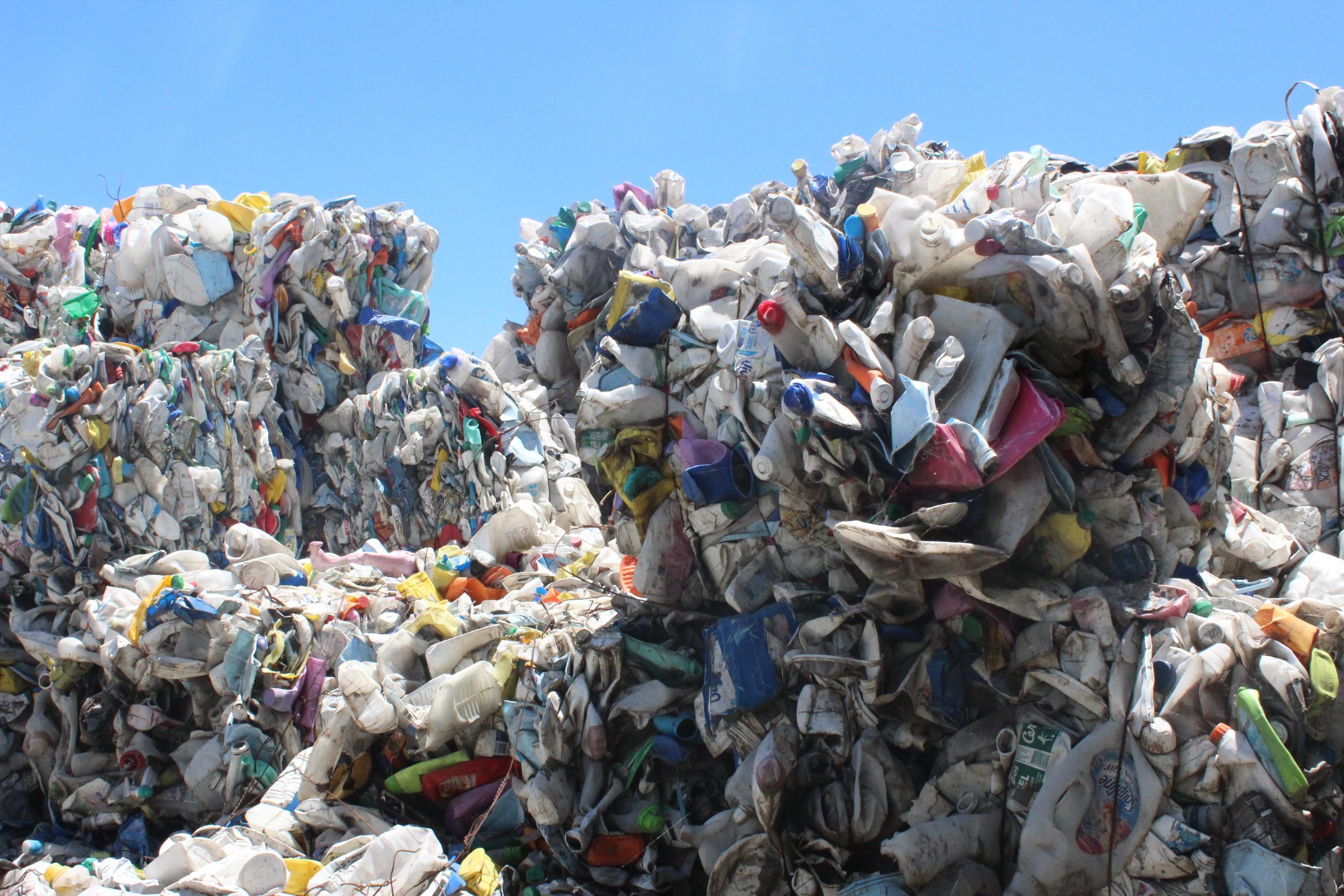 : Chaque catégorie de déchets est compactée en balles de 300 à 600 kg.
