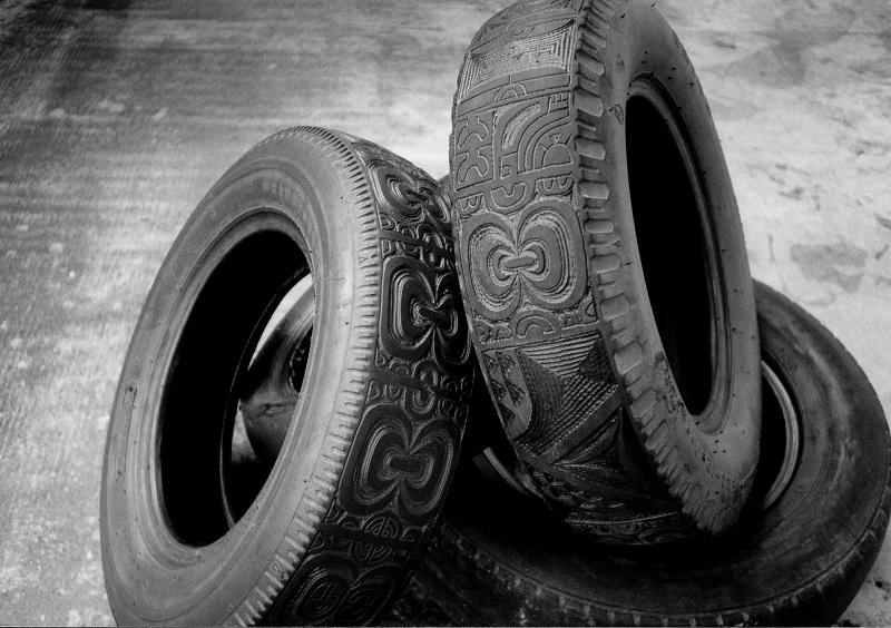 Une impressionnante colonne de pneus tatoués de l'artiste Andreas Dettloff accueillera les visiteurs.