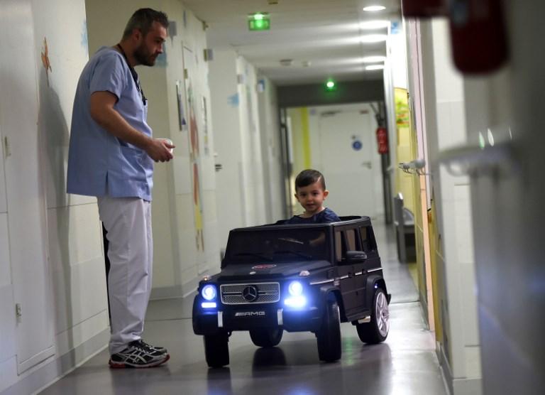 Avant une opération, des jeux et des voiturettes pour déstresser les enfants