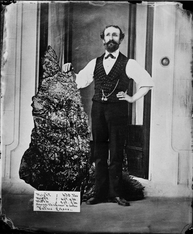 Bernhardt Otto Holterman posant, très fier, avec sa merveilleuse trouvaille, un bloc de quartz contenant 93 kilos d'or pur. Il avait 34 ans quand la fortune lui sourit.