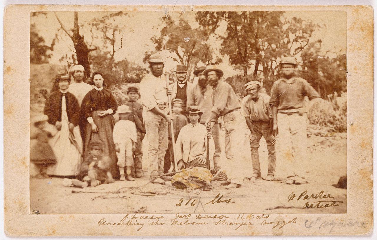 Les mineurs ayant trouvé la plus grosse pépite de l'histoire, en 1869, dans l'Etat du Victoria : 66 kilos d'or pur, le record reste à battre !