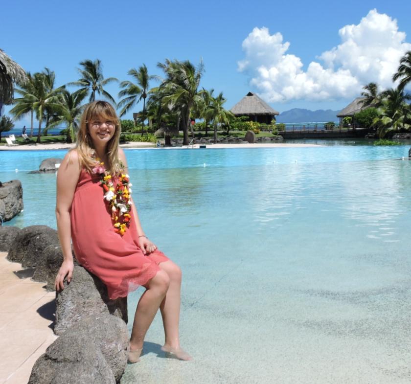 Louane, originaire du nord de la France, semble apprécier le soleil de Tahiti.