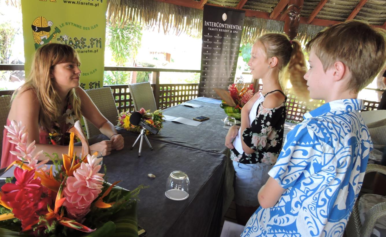 Louane, répondant aux questions de deux jeunes élèves de Mahina, venus l'interviewer dans le cadre de la semaine de la presse.