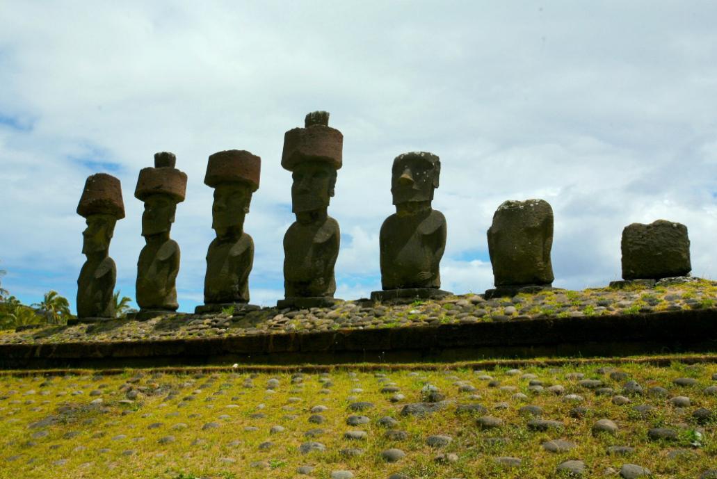 Les moai de la plage d'Anakena : depuis des décennies, l'île de Pâques fait l'objet de plus en plus de théories, toutes « vraies », alors que la plus grande fantaisie est de mise…