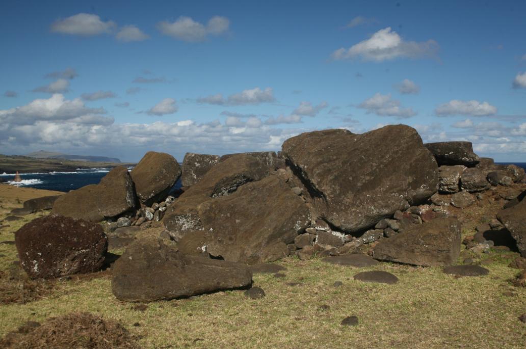 Dans le documentaire de France 5, on nous explique que les moai ont été renversés en douceur, sans être cassés : visiblement, l'auteur de ces affirmations n'a jamais fait le tour de l'île !