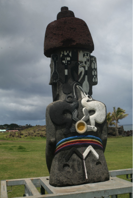 Le moai de la Paix, exposé à Hanga Roa, est en basalte, comme la statue volée à Orongo ; ce moai moderne reprend les ornements dorsaux de la « Briseuse de vagues », contemporaine du règne des hommes-oiseaux.