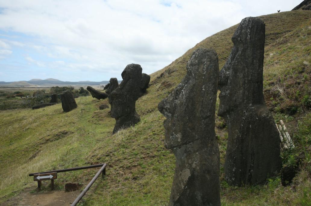 Les moai de la carrière du Rano Raraku n'ont jamais été disposés afin de former une barrière rendant le site tabu. Ils sont disposés en bas de la pente, un peu partout, en attendant leur transport qui n'a jamais eu lieu.